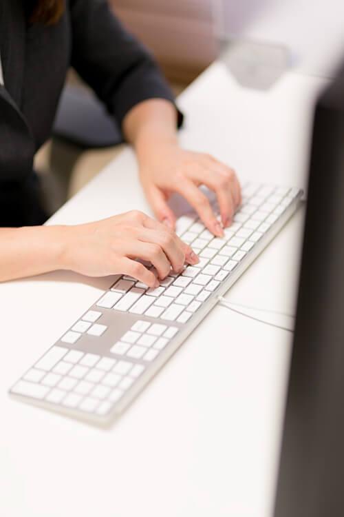 パソコンを打つ男性